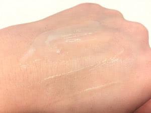 ポアターゲティングトリートメント(美容液)を手に伸ばしている状態