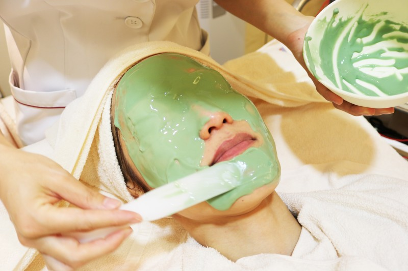 シーズラボ 海藻パックを顔に塗る