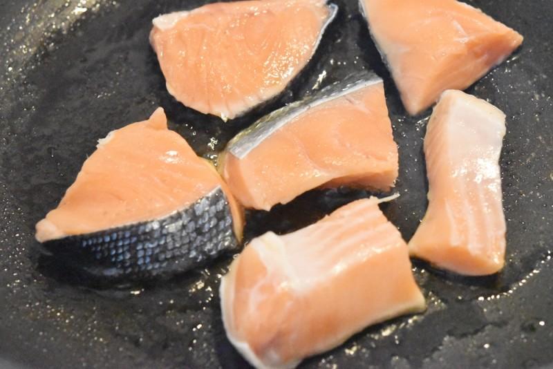 鮭をフライパンで焼く