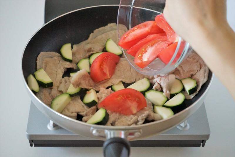 豚肉とトマトの蒸し焼き・みょうがソース 野菜を炒める